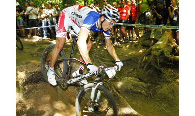 Julien Absalon remporte sa deuxième médaille d'or olympique consécutive sur Hutchinson.